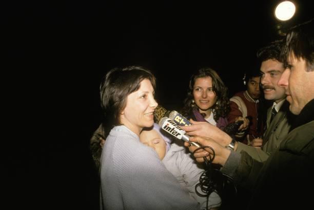 Nadine trả lời báo giới khi ra tù, ngày 9/ 3/1988. Ảnh: Getty Images