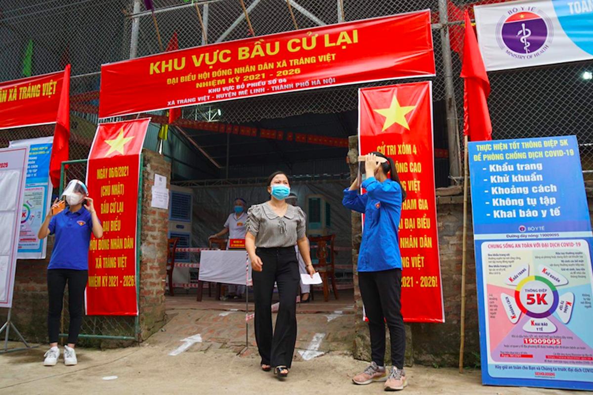 Cử tri xã Tráng Việt, Mê Linh đi bầu cử lại sáng 6/6. Ảnh: Phạm Hùng.