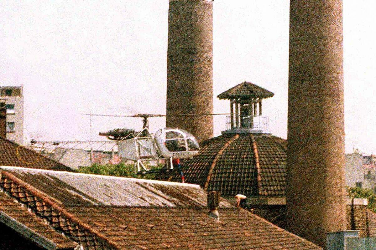 Michel Vaujour và bạn tù leo mái nhà tẩu thoát theo trực thăng đợi sẵn, sáng 27/5/1986. Ảnh: Paris Match