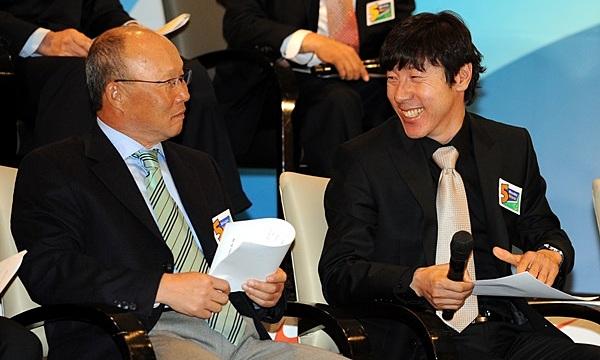 Park Hang-seo (trái) mới thắng 10% số trận đã đấu Shin Tae-yong với tư cách HLV. Ảnh: MHN