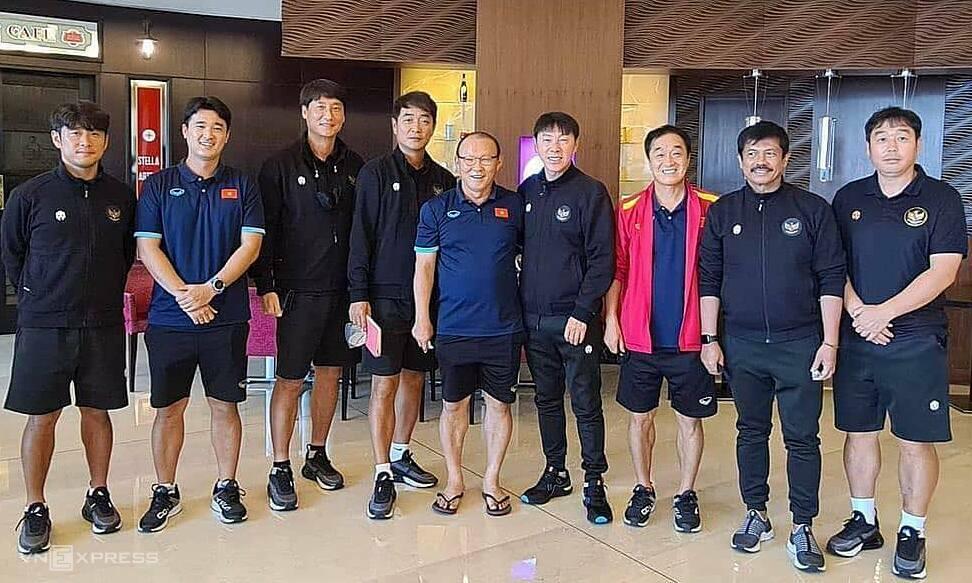 Coach Sin dan Coach Park beserta asistennya berfoto bersama saat bertemu di hotel tempat tim Vietnam dan Indonesia ditempatkan.  Foto: Lam Thoa