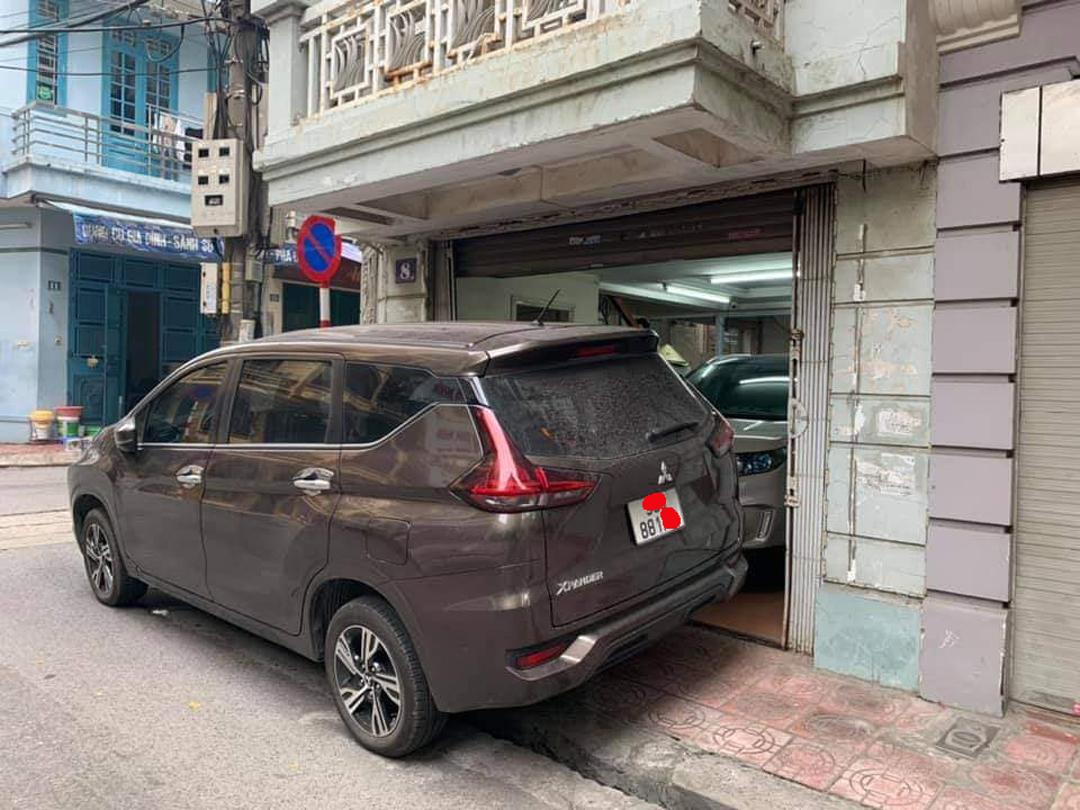 Chiếc xe chặn hết lối ra vào của căn nhà.