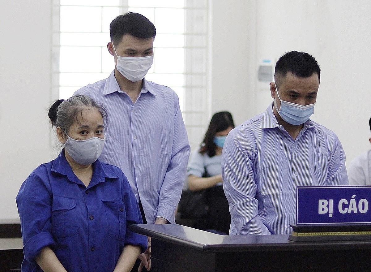 từ trái qua: Bị cáo Loan, Toàn và Hùng tại phiên xét xử ngày 7/6. Ảnh: Danh Lam