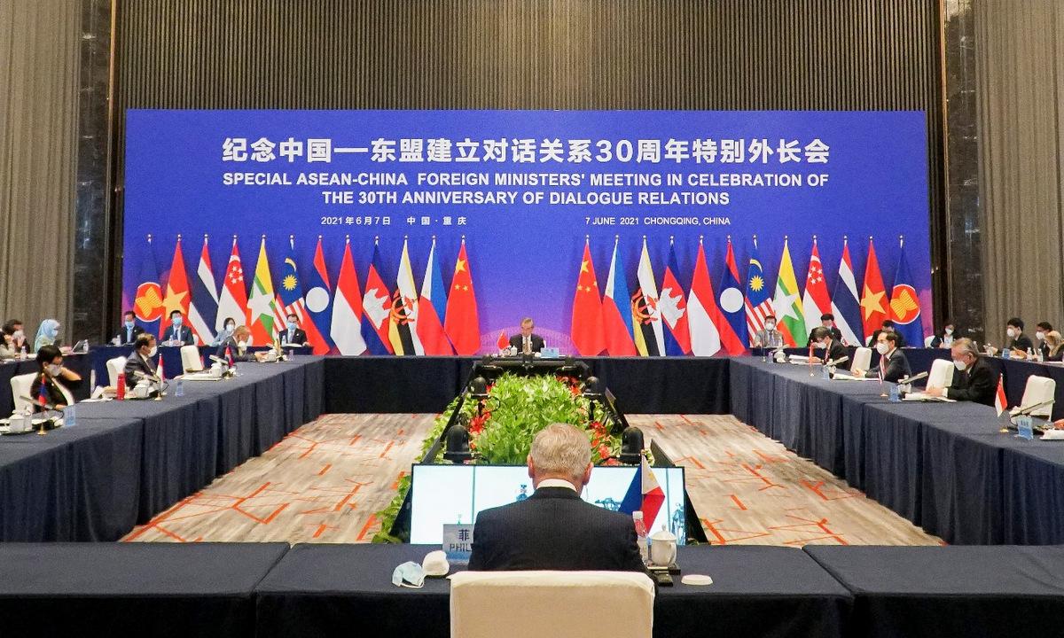 Các ngoại trưởng ASEAN và Trung Quốc trong hội nghị ở Trùng Khánh chiều nay. Ảnh: BNG.
