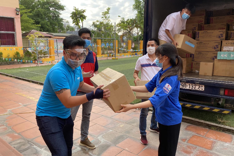 Quỹ Hy vọng trao quà đến các tình nguyện viên của trường Đại học Kỹ thuật Y tế Hải Dương đang hỗ trợ chống dịch.
