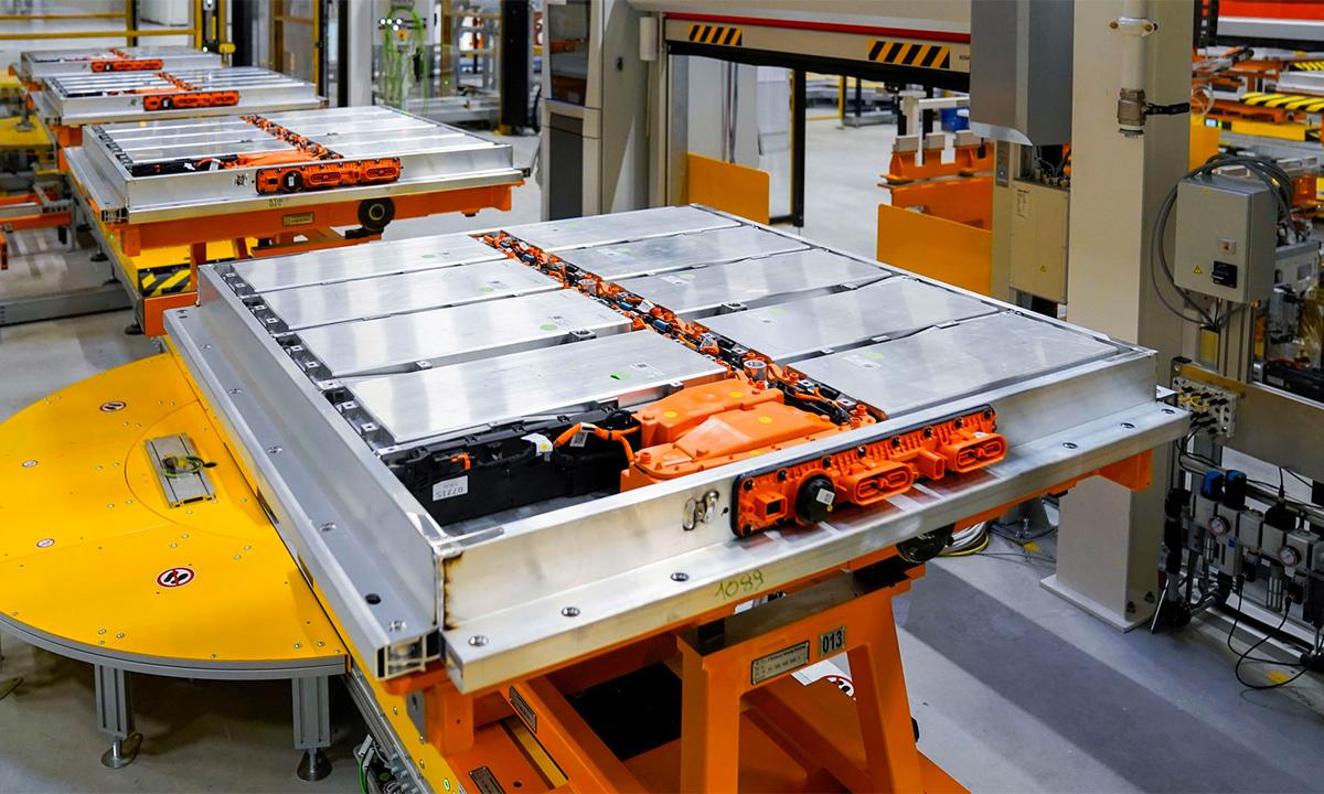 Dây chuyền sản xuất pin cho xe điện. Ảnh: Carscoops