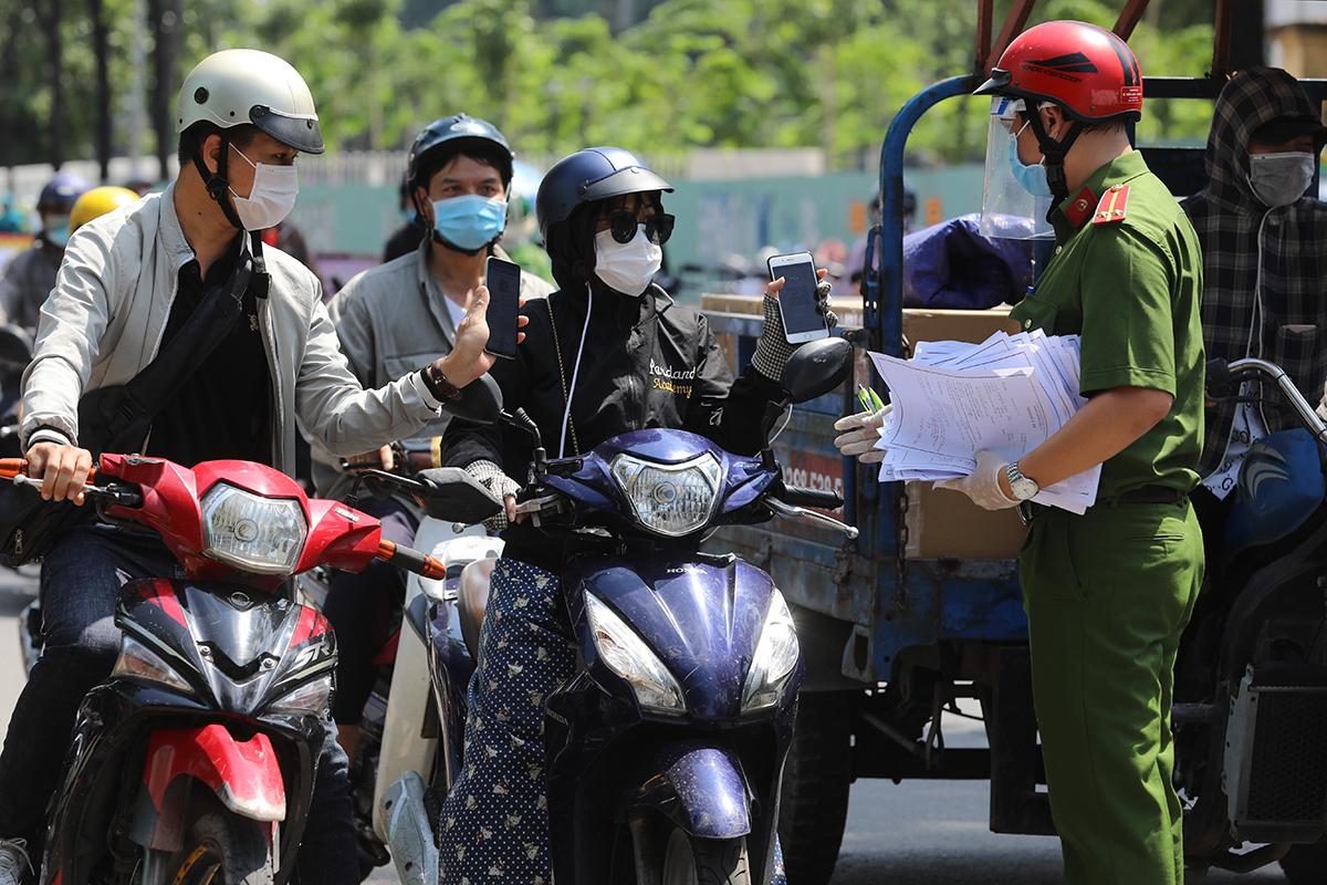 Chốt lập trên đường Nguyễn Kiệm kiểm soát người ra vào quận Gò Vấp, ngày 3/6. Ảnh: Quỳnh Trần.