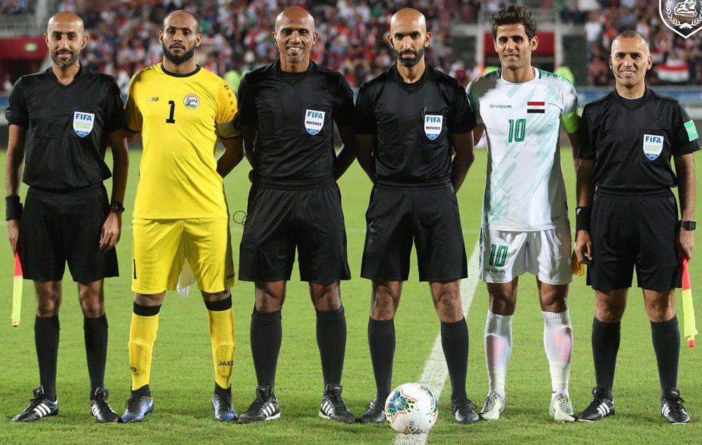 Trọng tài Ahmad Al Ali (chân giữ bóng) ít dùng thẻ trong các trận đấu.
