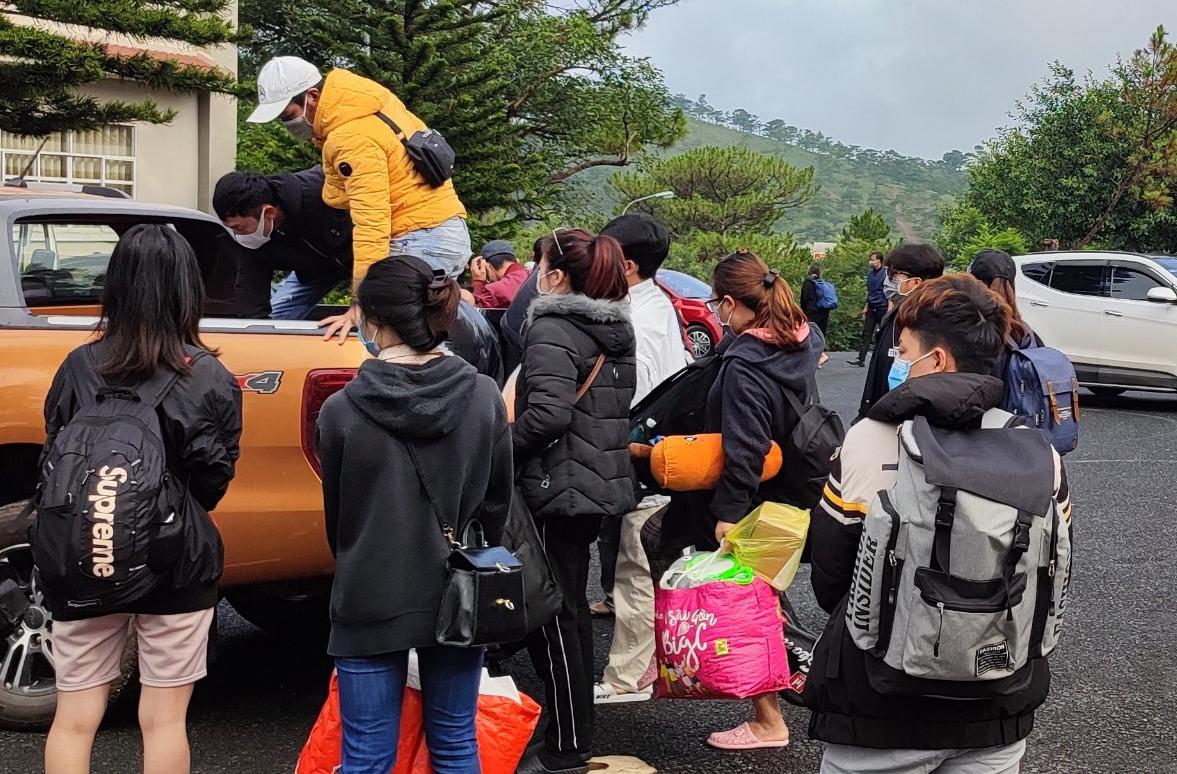 Các trường hợp đi từ vùng dịch được cách ly tập trung tại Trung tâm Huấn luyện và Bồi dưỡng Nghiệp vụ, Công an tỉnh Lâm Đồng. Ảnh: Khánh Hương