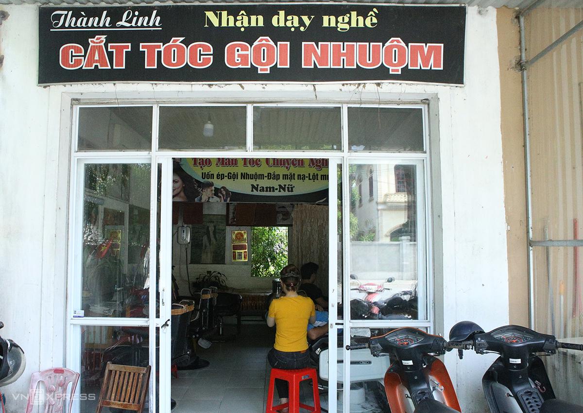 Quán cắt tóc tại TP Vinh, chiều 7/6. Ảnh: Nguyễn Hải