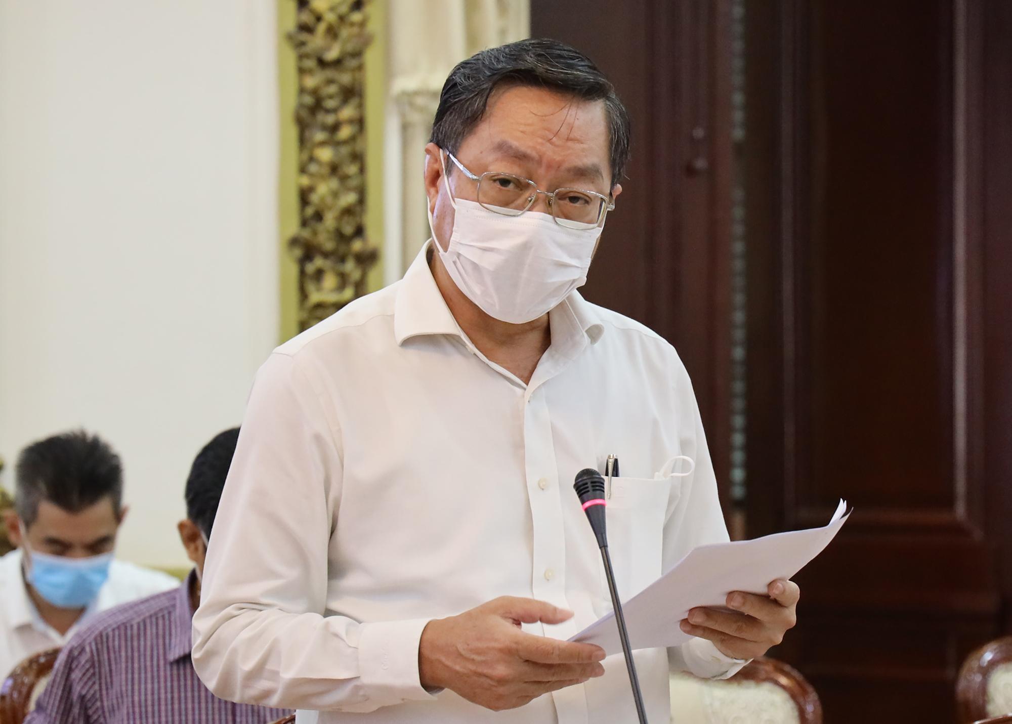 Giám đốc Sở Y tế TP HCM Nguyễn Tấn Bỉnh báo cáo tại cuộc họp. Ảnh: Trung tâm Báo chí TP HCM.