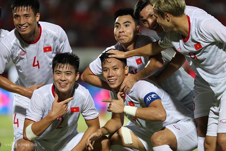 Duy Manh (kiri) dan Ngoc Hai (memakai ban kapten) sama-sama mencetak gol, saat Vietnam menang 3-1 atas Indonesia pada laga seri ketiga Grup G pada 19 Oktober 2019.  Foto: Duc Dong.