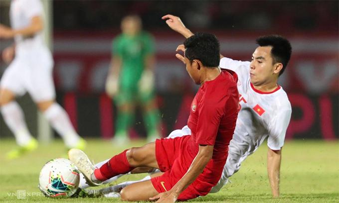 """อินโดนีเซีย (เสื้อแดง) เคยแพ้เวียดนาม 1-3 ในนัดที่สามของการแข่งขันฟุตบอลโลกรอบคัดเลือกเมื่อวันที่ 15 ตุลาคม 2019 แต่พวกเขาเก็บผู้เล่นไว้เพียงคนเดียวในซีรีส์เมื่อสิ้นสุดเดือนมิถุนายน พ.ศ. 2564  ภาพถ่าย: """"Duc Dong ."""""""