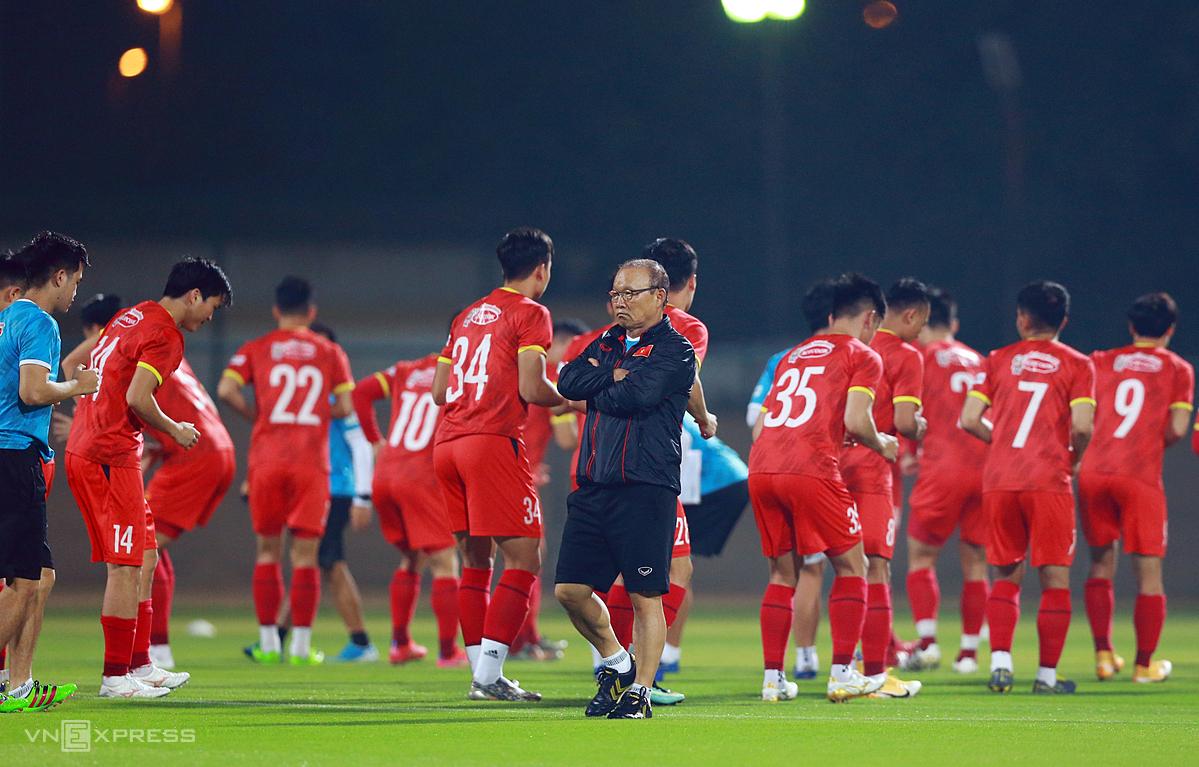 โค้ช Park Hang-seo และนักเรียนของเขาต้องการชัยชนะเหนืออินโดนีเซียเพื่อจูงใจพวกเขาให้ไปสู่เส้นทางที่ยากลำบากข้างหน้า  ภาพ: ลำท่อ.