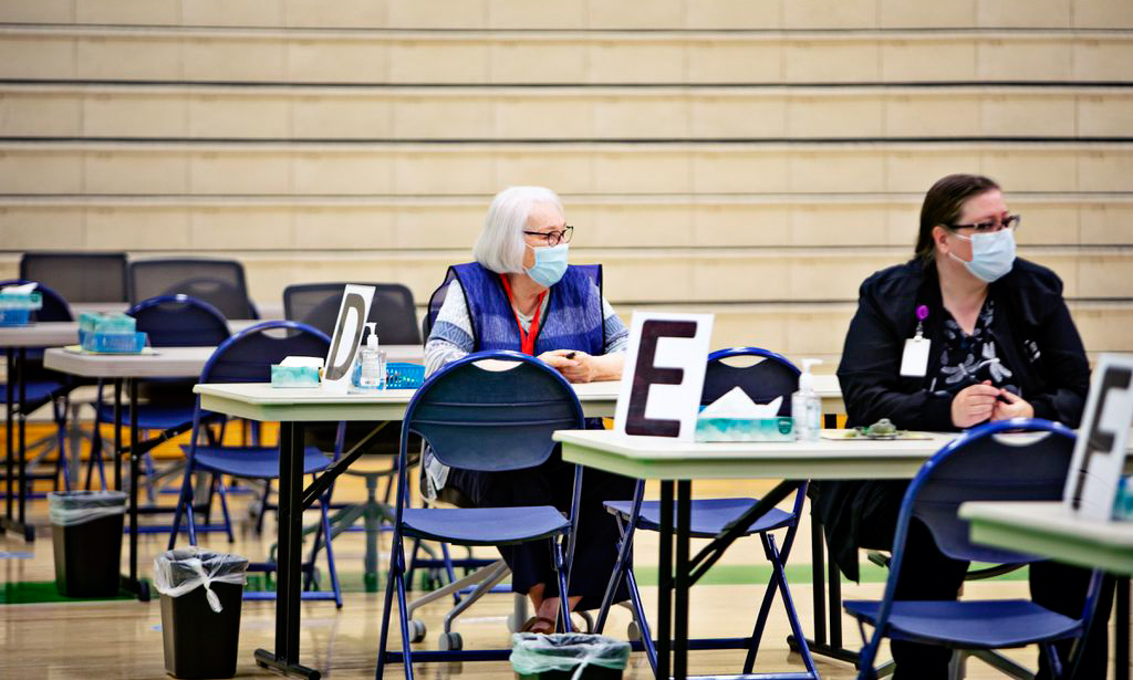 Nhân viên y tế ngồi đợi người đến tiêm chủng ở Provo, bang Utah hôm 2/6. Ảnh: Washington Post.