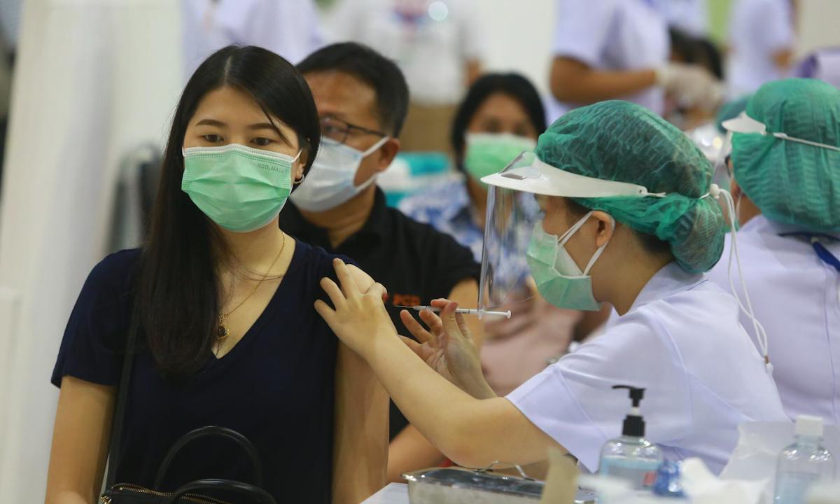 Một điểm tiêm chủng vaccine Covid-19 ở Bangkok tháng trước. Ảnh: AFP.