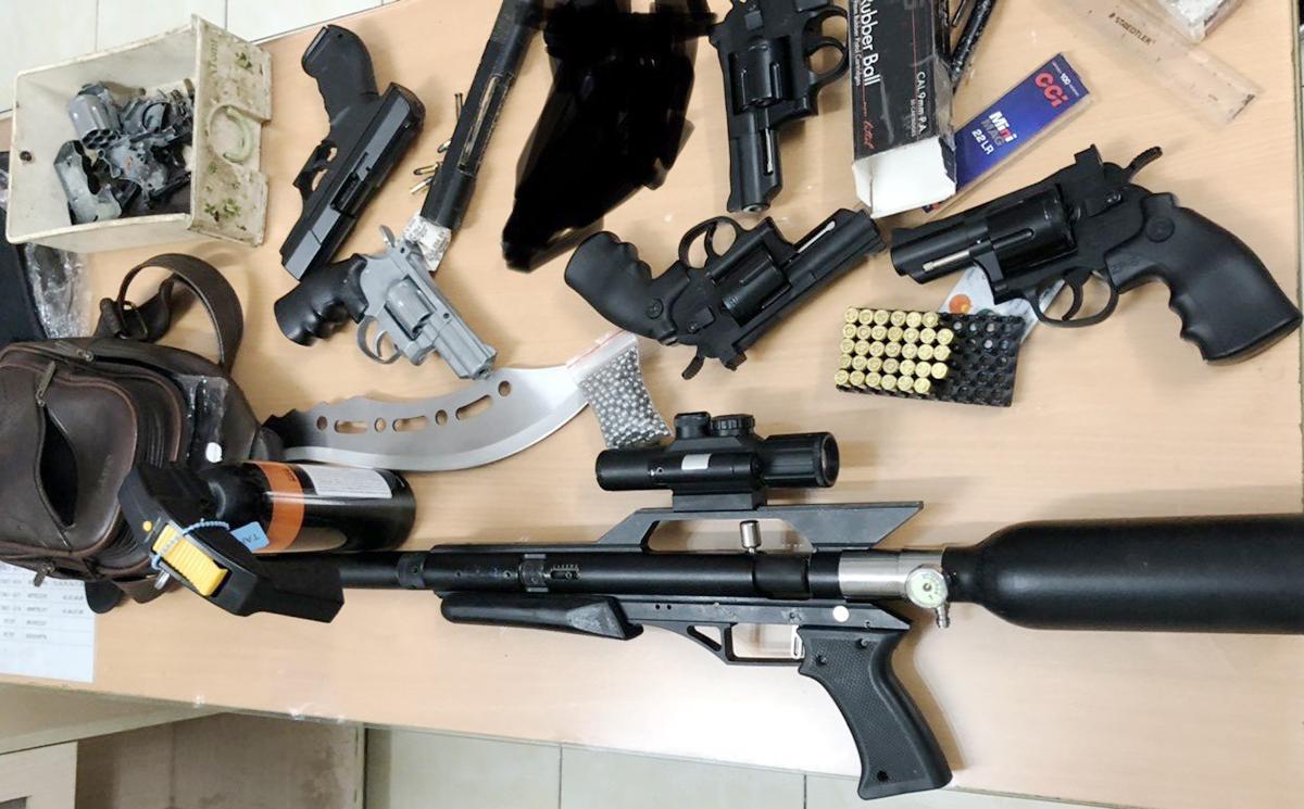 Số vũ khí phát hiện tại nhà Nghĩa. Ảnh: Nhật Vy.