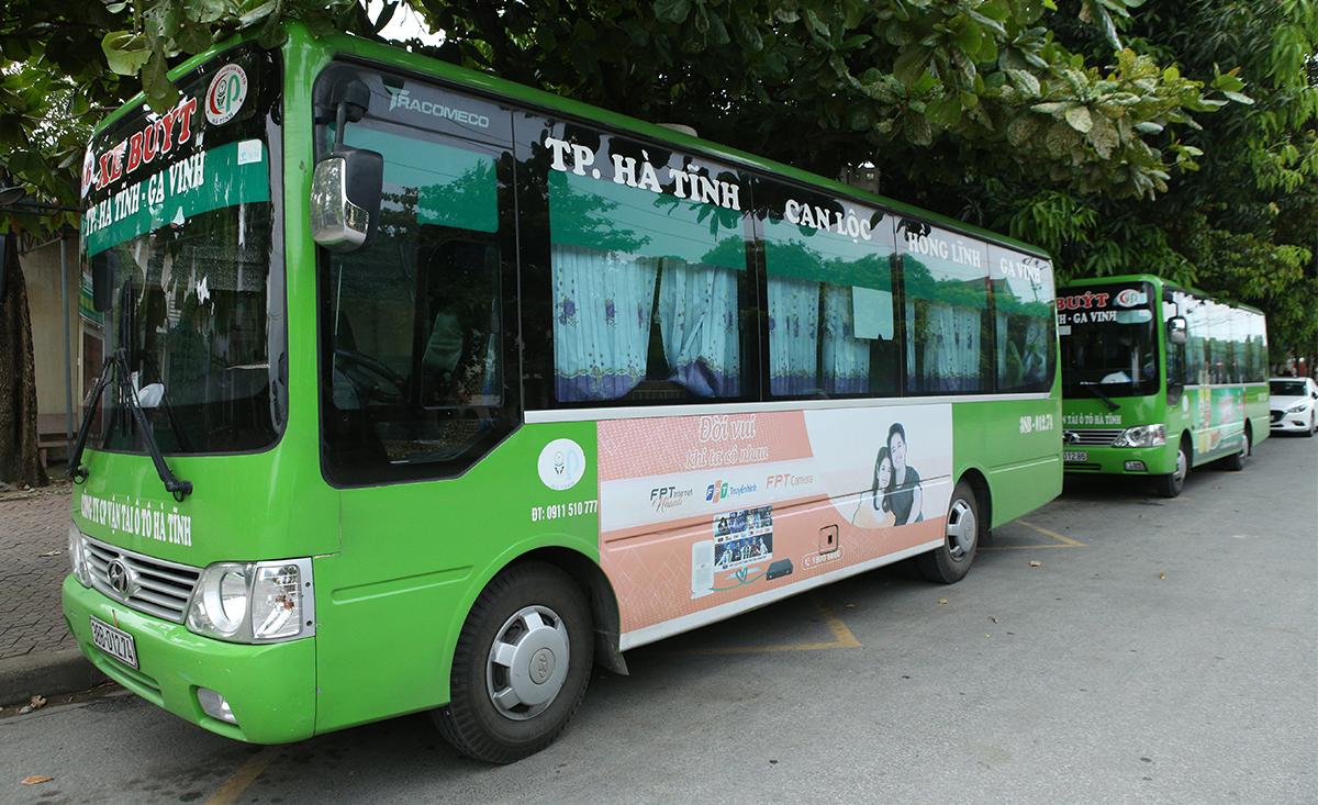 Xe buýt tuyến tuyến Ga Vinh (TP Vinh) - TP Hà Tĩnh trước giờ xuất bến, chiều 7/6. Ảnh: Nguyễn Hải