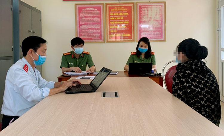 Người phụ nữ (góc phải, ngoài cùng) làm việc với nhà chức trách. Ảnh: Đức Hùng