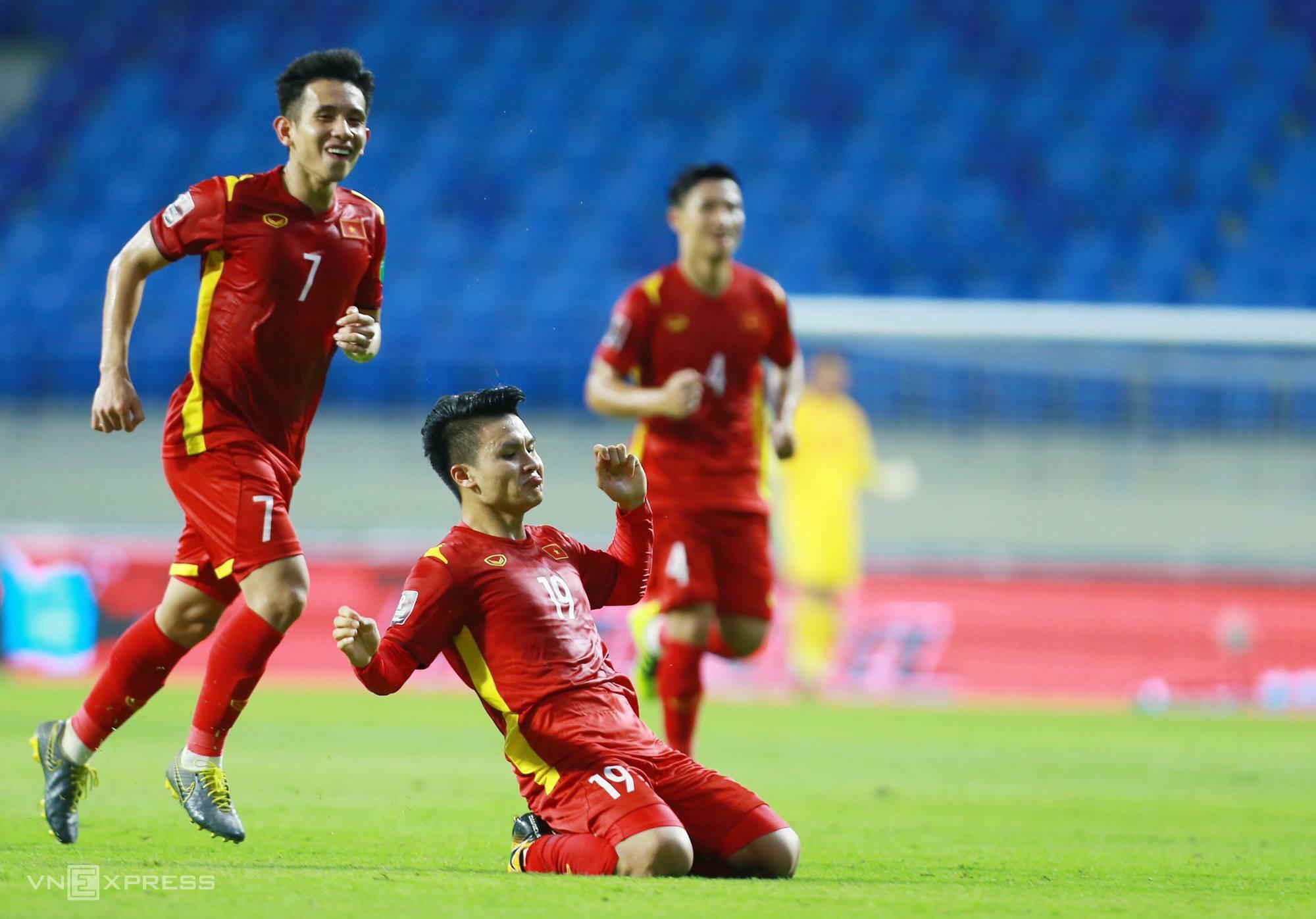 Quang Hải chia vui sau khi ghi bàn nâng tỷ số lên 2-0 cho Việt Nam trước Indonesia. Ảnh: Lâm Thỏa.