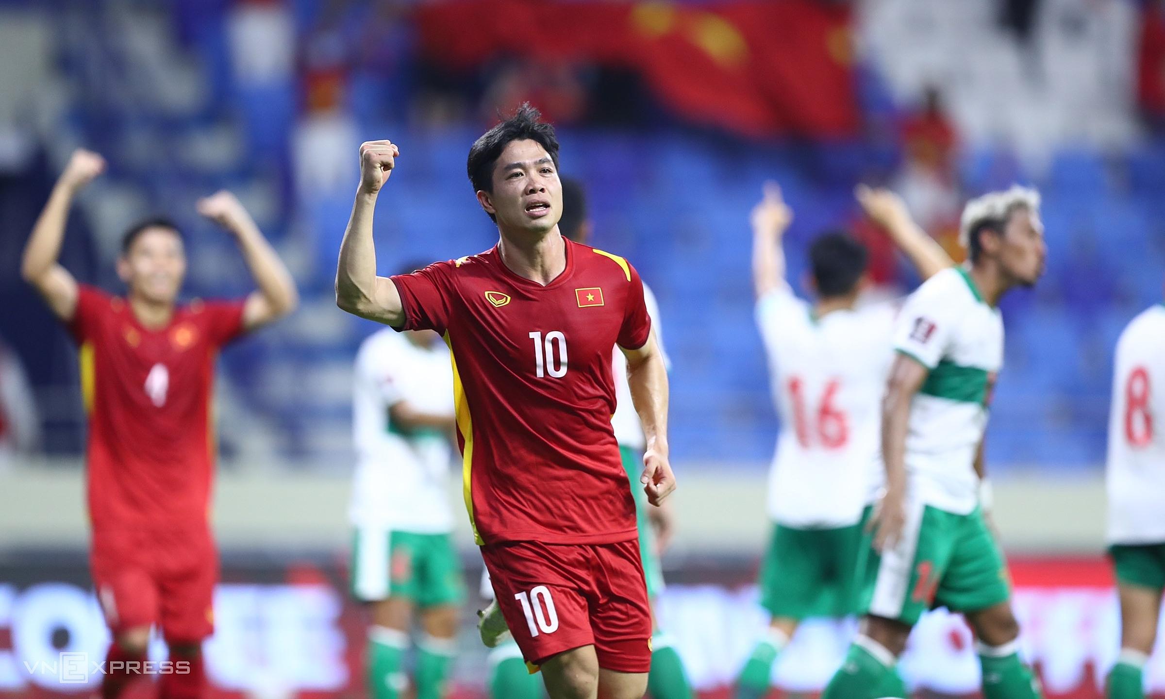 Tiền đạo Nguyễn Công Phượng mừng sau khi ghi bàn nâng tỷ số lên 3-0 cho Việt Nam trong trận thắng Indonesia 4-0 trên sân Al Marktoum hôm 7/6. Ảnh: Lâm Thoả