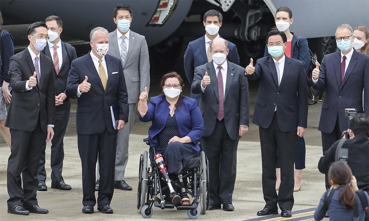 Phái đoàn Mỹ và các quan chức Đài Loan tại sân bay Tùng Sơn của thành phố Đài Bắc ngày 6/6. Ảnh: AP.