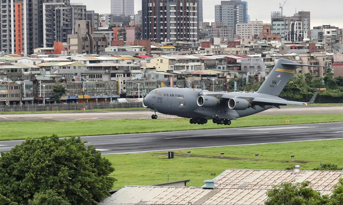 Vận tải cơ C-17 của Mỹ hạ cánh xuống sân bay Tùng Sơn tại thành phố Đài Bắc trên đảo Đài Loan ngày 6/6. Ảnh: CNA.
