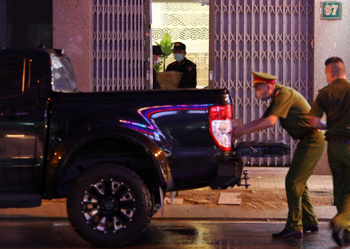 Cảnh sát thu giữ một số tài liệu tại nhà ông Lê Đức Vinh, trên đường Thống Nhất, tối 8/6. Ảnh: Xuân Ngọc.