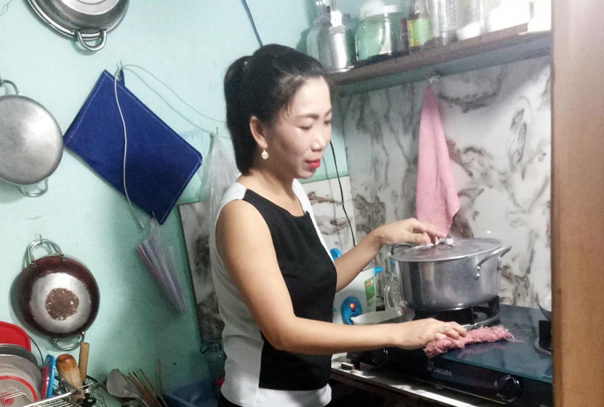 Chị Nguyễn Hồng Nghi làm việc ở công ty may ở quận Gò Vấp phải nghỉ việc, cách ly ở nhà vì Covid-19. Ảnh: An Phương.