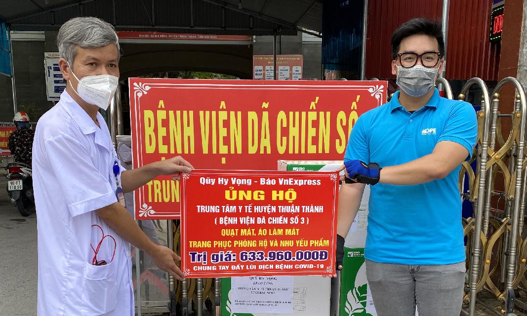 Đại diện bệnh viện dã chiến số 3 Bắc Ninh nhận quà tiếp sức cho tâm dịch từ đai diện Quỹ Hy vọng.