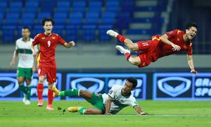 Cầu thủ Indonesia đạp tung người Tuấn Anh