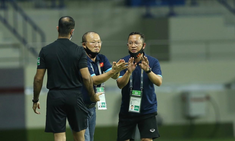 Pelatih Park mengeluh kepada wasit tentang situasi pertandingan antara Vietnam dan Indonesia 4-0.  Foto: Lam Thoa.