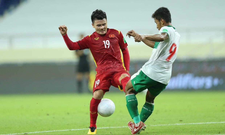 Quang Hải trong pha tranh chấp với cầu thủ Indonesia ở trận đấu tối 7/6. Ảnh: Lâm Thỏa.