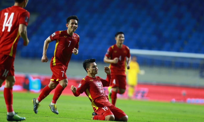 Quang Hai แบ่งปันความสุขของเขาหลังจากทำประตูเพื่อให้เวียดนาม 2-0 กับอินโดนีเซีย  รูปถ่าย: ลำเฒ่า.