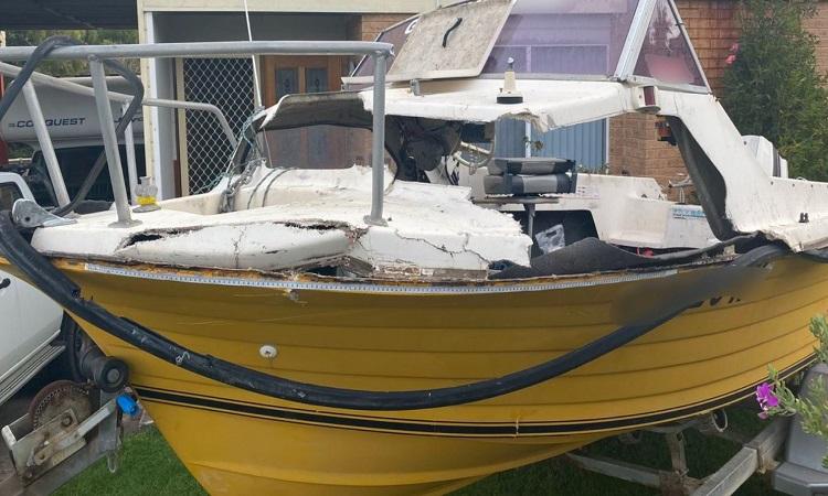 Con thuyền bị hư hỏng sau va chạm với cá voi. Ảnh: Cảnh sát biển New South Wales.