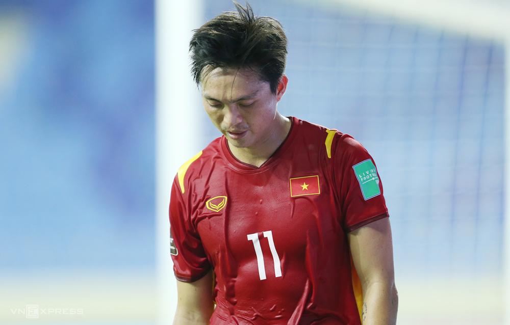 """Tuan Anh พลาดลงสนามในครึ่งแรก เขาแทบจะไม่สามารถฟื้นตัวได้ทันเวลาเผชิญหน้ากับมาเลเซีย  ภาพถ่าย: """"Lam Thua ."""""""