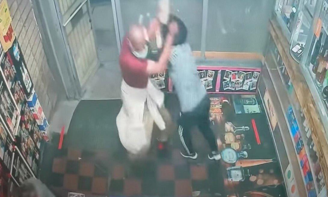 Daryl Doles tấn công người gốc Á tại cửa hàng rượu ở Baltimore, bang Maryland, Mỹ tháng trước. Ảnh. SCMP.