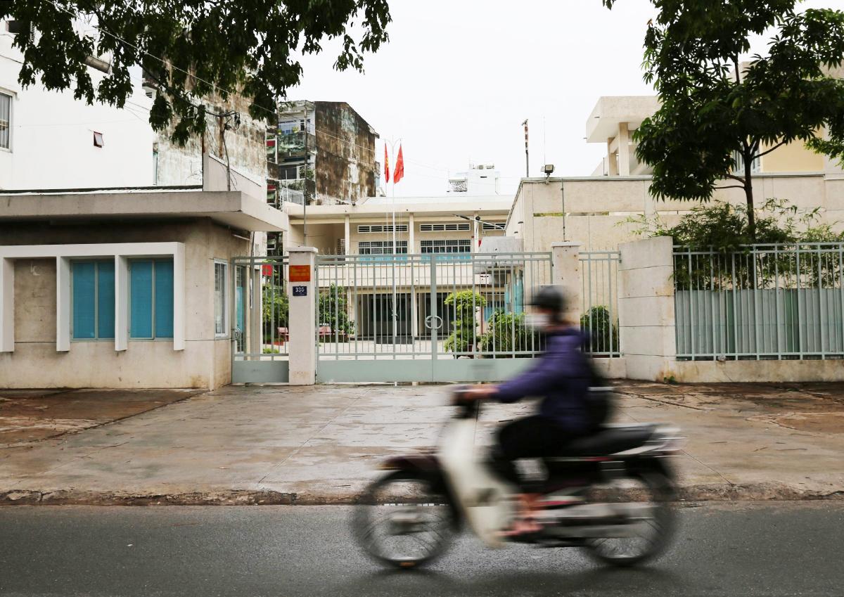 Trung tâm bồi dưỡng chính trị quận ở đường Thống Nhất được tăng cường làm nơi cách ly tập trung ở Gò Vấp, sáng 8/6. Ảnh: Đình Văn.