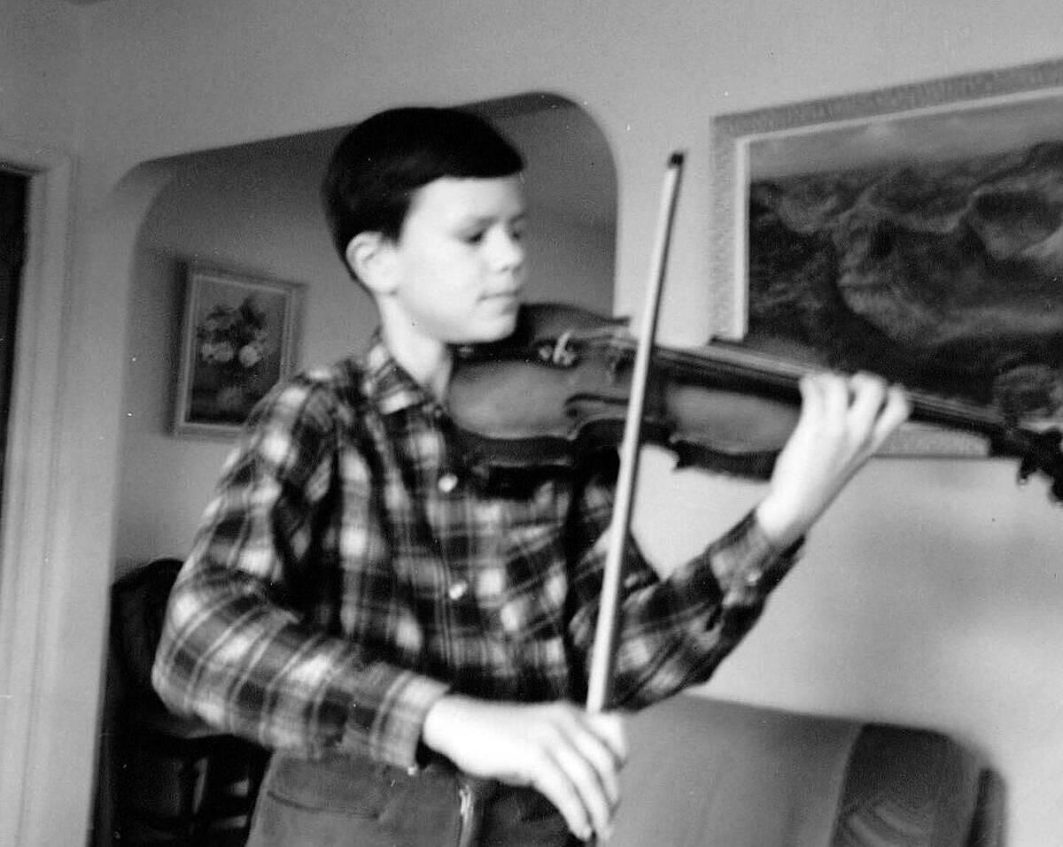 Phil Johnsonchơi đàn violin thành thạo từ năm 7 tuổi dù trước đó chưa hề luyện tập. nzherald