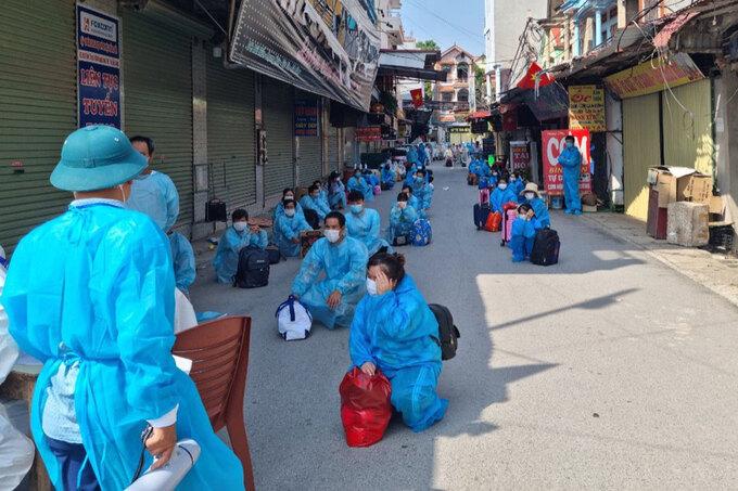 Bắc Giang di chuyển công nhân khỏi thôn Núi Hiểu, xã Quang Châu, huyện Việt Yên để giảm mật độ, ngày 5/6. Ảnh: CTV