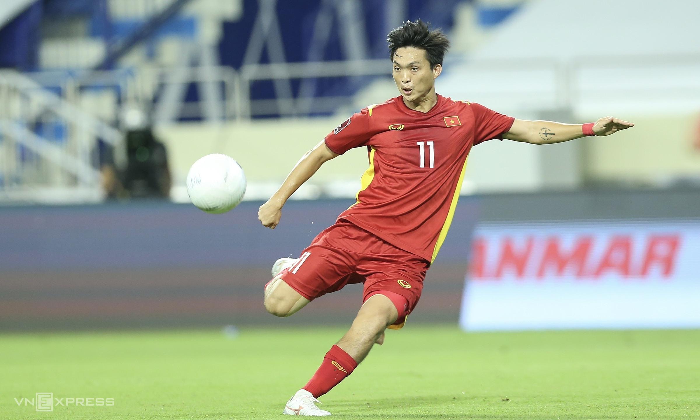 Tuan Anh bermain bagus dalam pertahanan dari jarak jauh dan memberikan kartu, sebelum cedera meninggalkan lapangan.  Foto: Lam Thoa