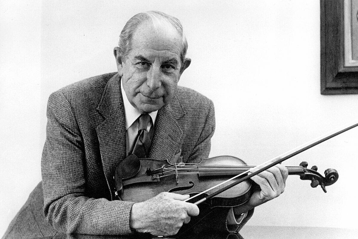 Roman Totenberg bên cây violin Ames Stradivari trước khi bị đánh cắp. Ảnh: NYT