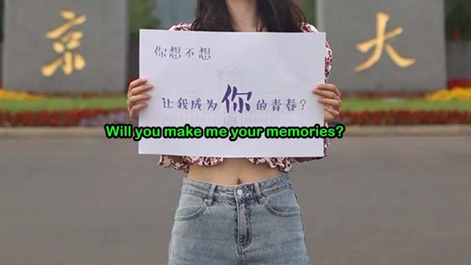 Những bức ảnh trên Weibo của Đại học Nam Kinh cho thấy nhóm sinh viên đang cầm biển đề thông điệp khuyến khích thí sinh thi gaokao. Ảnh: Weibo.