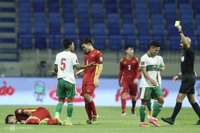 """ผู้เล่นชาวอินโดนีเซียต้องทำผิดพลาดอย่างต่อเนื่องเพื่อป้องกันไม่ให้เวียดนามโจมตีในความพ่ายแพ้ในวันที่ 7 มิถุนายน  ภาพถ่าย: """"Lam Thua ."""""""