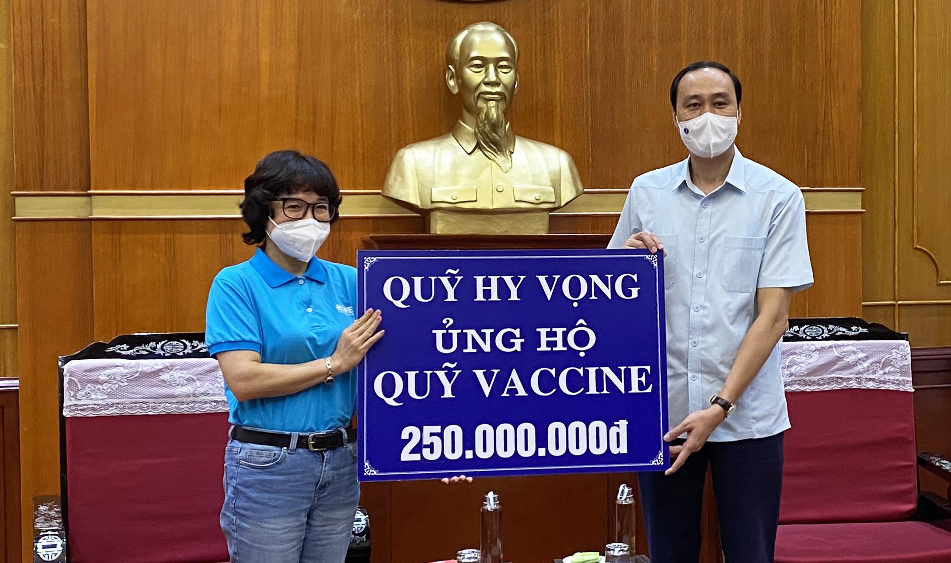 Đại diện Quỹ Hy vọng trao tiền ủng hộ Quỹ vaccine đến đại diện UBTƯ MTTQ Việt Nam.