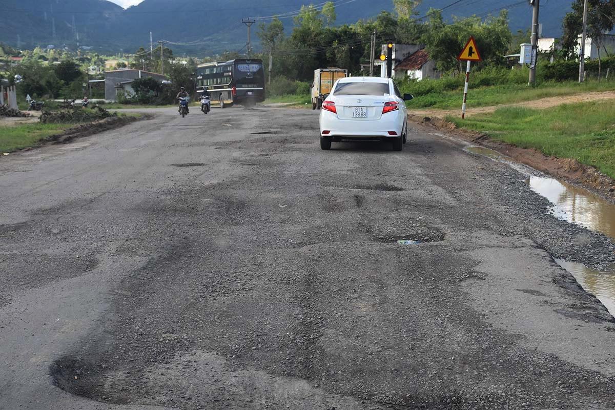 Tuyến quốc lộ 19, đoạn qua huyện Đăk Pơ, Gia Lai xuống cấp nhiều năm nay. Ảnh: Ngọc Oanh