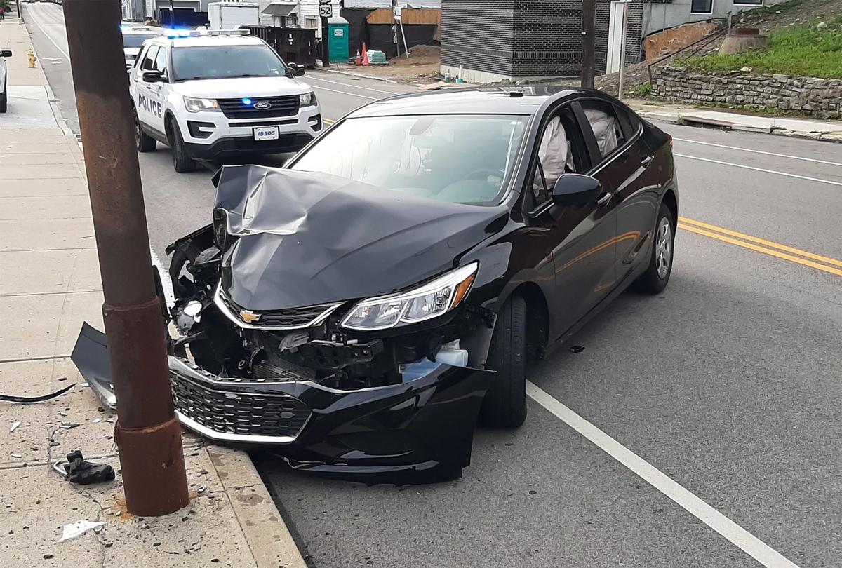 Ôtô đâm cột điện và vỡ toác đầu xe sau khi một con ve bay vào cabin. Ảnh: Cincinnati Police Department