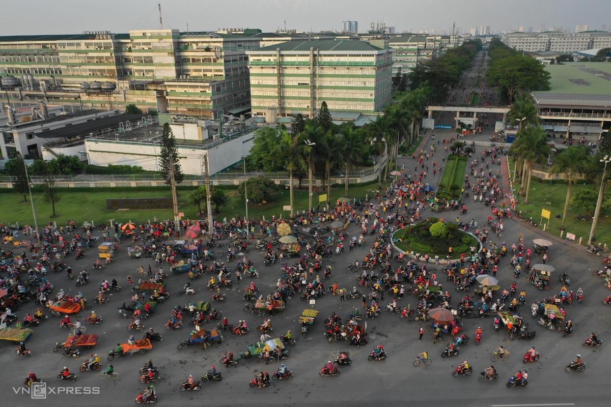 Hàng trăm người và phương tiện nhộn nhịp trước khuôn viên công ty vào giờ tan tầm, ngày 4/6. Ảnh: Hữu Khoa.