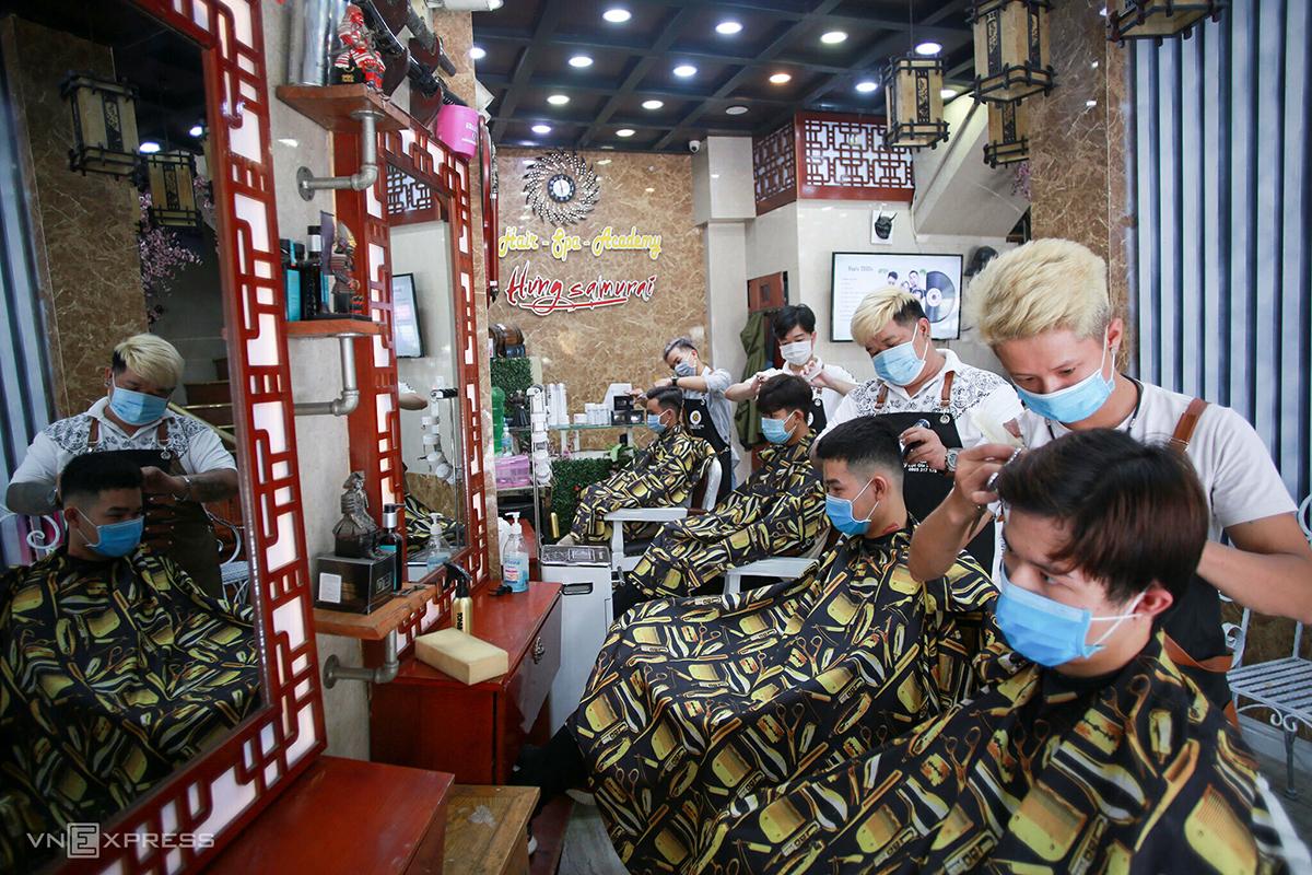 Quán cắt tóc ở TP Đà Nẵng mở cửa trở lại sau 35 ngày phải đóng cửa theo yêu cầu của thành phố. Ảnh: Nguyễn Đông.