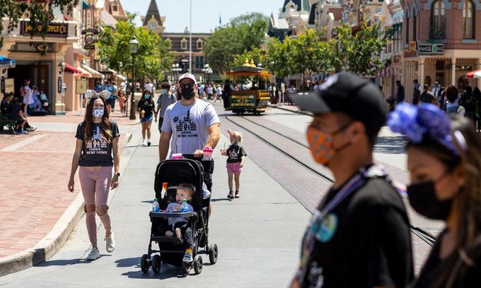 Người dân Mỹ đi dạo trên con phố ở Anaheim, bang California hôm 3/5. Ảnh: Los Angeles Times.